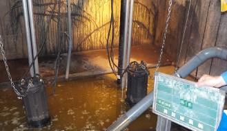 貯水槽清掃(洗浄中)